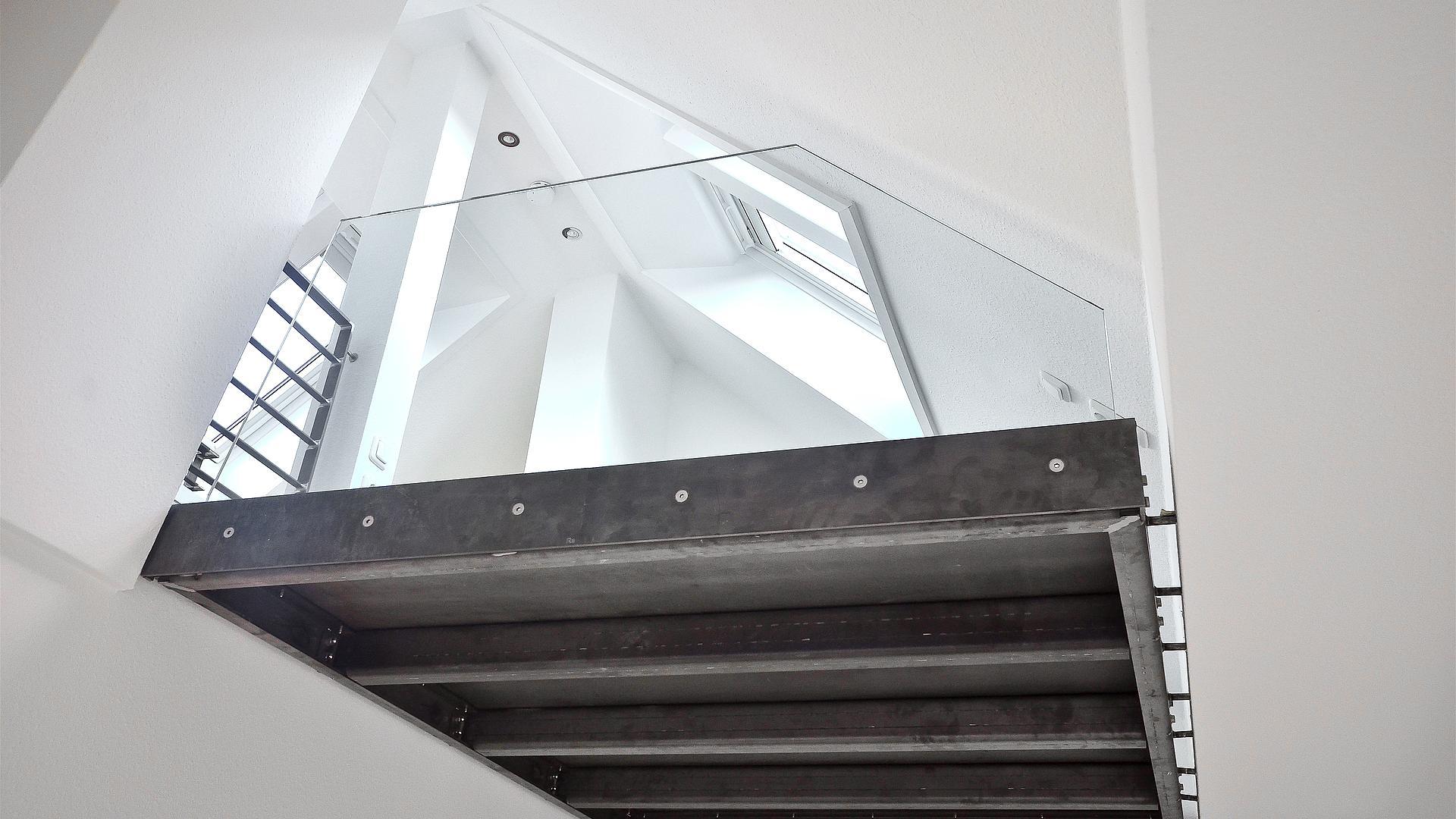 Raumbildener Ausbau Einer Dachgeschosswohnung Mit Plattform In